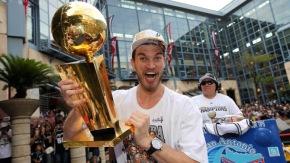 Spurs exibe no Brasil troféu de campeão daNBA